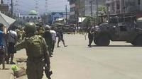Pasukan keamanan mengamankan lokasi ledakan bom di Kota Jolo, Pulau Sulu, Filipina, Senin (24/8/2020). Bom meledak di selatan Filipina kendati pengamanan ekstra ketat dilakukan menyusul ancaman dari militan Abu Sayyaf. (Philippine National Red Cross via AP)