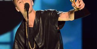 Usai melangsungkan konsernya di London beberapa hari lalu, pada 15 Oktober kemarin Justin Bieber terlihat sedang berada di Tape (salah satu Night Club di London) dan membagikan bunga mawar untuk penggemarnya. (AFP/Bintang.com)
