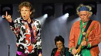 Musisi The Rolling Stones, Mick Jagger, Ronnie Wood dan Keith Richards saat tampil dalam konser bertajuk No Filter di The Velodrome Stadium, Marseille, Prancis, Selasa (26/6). (AFP PHOTO / Boris Horvat)