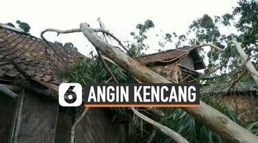 Angin kencang merusak puluhan rumah di Kabupaten Bandung Barat. Angin yang terjadi sejak Minggu malam hingga Senin dini hari membuah warga Pengalengan mengungsi.