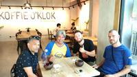 Jurnalis Bola.com, Abdi Satria (kedua dari kiri), bercengkrama di Koffie O'Klok, kafe kopi yang buat bintang PSM Makassar, Marc Klok (kedua dari kanan). (Bola.com/Abdi Satria)
