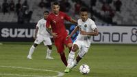 Striker Timnas Indonesia, Beto Goncalves, berusaha merebut bola saat melawan Timor Leste pada laga Piala AFF 2018 di SUGBK, Jakarta, Selasa (13/11). (Bola.com/Yoppy Renato)