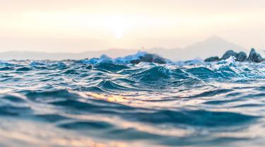 Ilustrasi arus, gelombang, laut