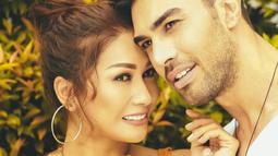 Tata Janeeta dan Mehdi Zati sering melakukan pemotretan bersama, walaupun dalam kesehariannya selalu mengabadikan momen bersamanya. (Liputan6.com/IG/tatajaneetaofficial)