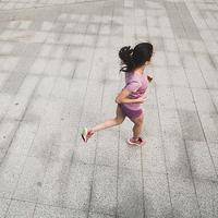 Begini cara cerdas agar kamu tetap bisa olahraga saat cuaca panas. (Sumber Foto: PureWow)
