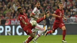 Pemain Bayern Munchen, David Alaba (kiri), berebut bola dengan pemain Benfica, Konstantinos Mitroglou, pada leg pertama babak perempat final Liga Champions, di Allianz Arena, Munchen, Rabu (6/4/2016) dini hari WIB. (AFP/Tobias Schwarz)