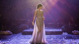 Dalam penampilan panggungnya, wanita 28 tahun ini sering kali menggunakan gaun. Dibalut gaun abu-abu dengan payet, ibu dari Gempi ini terlihat anggun di atas panggung yang megah. (Liputan6.com/IG/@gisel_la)