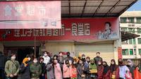 Mahasiswa Indonesia di Wuhan pergi berbelanja kebutuhan pokok hari ini. (Dokumentasi KBRI Beijing)