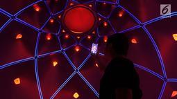 Pengunjung mengambil gambar dalam instalasi seni luminarium kelas dunia atau Trilumin di pusat perbelanjaan Jakarta, Jumat (14/9). Trilumin terinspirasi oleh keindahan geometris alam, juga arsitektur Islam. (Merdeka.com/Imam Buhori)