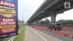 """Antrean kendaraan untuk melakukan rapid tes antigen dengan sistem """"drive thru"""" di Km 34 B Tol Jakarta - Cikampek, Cikarang, Sabtu (22/5/2021). Polda Metro Jaya memprediksi puncak arus balik mudik Lebaran ke DKI Jakarta akan terjadi pada akhir pekan ini, 21-23 Mei 2021. (Liputan6.com/Herman Zakharia)"""
