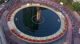 Ribuan peserta mengikuti pemecahan Guinness World Record tari Poco-poco di Kawasan Bundaran HI, Jakarta, Minggu (5/8). Kegiatan yang diinisiasi oleh Ibu Negara Iriana Joko Widodo sebagai Pembina OASE Kabinet Kerja. (Liputan6.com/Pool/Biro Pers Setpress)