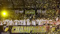 Pebasket Stapac Jakarta merayakan gelar juara usai mengalahkan Satria Muda Jakarta pada laga final IBL 2019  di C-Tra Arena, Bandung, Sabtu (23/3). Stapac menang 74-56 atas Satria Muda. (Bola.com/M Iqbal Ichsan)