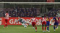 Pemain Atletico Madrid Saul mencetak gol ke gawang Barcelona pada pertandingan La Liga di Stadion Camp Nou, Barcelona, Spanyol, Selasa (30/6/2020). Barcelona bermain imbang 2-2 melawan Atletico Madrid. (AP Photo/Joan Monfort)