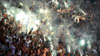 Aksi suporter Palmeiras saat bertanding melawan River Plate dalam laga Copa Libertadores 2016 di Stadion Allianz Parque, Sao Paulo, Brasil,(14/4/2016). (AFP/Nelson Almeida)