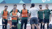 Pemain Timnas Indonesia mendengar arahan Bima Sakti saat mengikuti sesi latihan di Stadion Wibawa Mukti, Jawa Barat, Minggu (4/11). Latihan ini merupakan persiapan jelang Piala AFF 2018. (Bola.com/M Iqbal Ichsan)