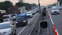 Situasi lalu lintas di jalan tol Jakarta-Cikampek KM 50, Jumat (22/12). Guna mengurangi kepadatan arus pada libur panjang Natal 2017, petugas menerapkan sistem contra flow arah Cikampek mulai dari gerbang Cikarang Utama. (Liputan6.com/Helmi Fithriansyah)