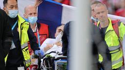 Menurut laporan Kicker, Tim Dokter kabarnya mengangkat jempol ke atas sebelum Eriksen dibawa keluar. Tanda jempol ke atas ini mengindikasikan kondisi Eriksen sudah baikan, dan itu sudah disambut sorakan penonton diatas lapangan. (Foto: AFP/Pool/Friedemann Vogel)