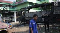Pasukan Brimob bersiaga dekat bangkai sebuah bus yang terbakar di sekitar asrama Brimob Jalan KS Tubun, Petamburan, Jakarta Barat, Rabu (22/5/2019). Diketahui kerusuhan terjadi di lokasi tersebut, buntut demo depan gedung Bawaslu yang berujung ricuh. (Liputan6.com/Faizal Fanani)