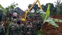 Petugas melakukan pencarian satu keluarga yang tertimbun longsor di Bogor (Liputan6.com/Achmad Sudarno)
