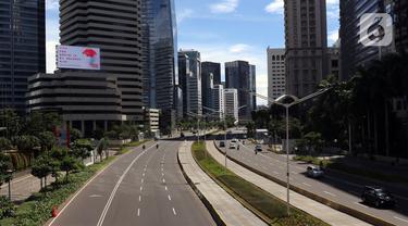 Suasana jalan di kawasan Sudirman, Jakarta, Jumat (25/12/2020). Libur Natal dan Tahun Baru 2021 membuat jalanan di beberapa wilayah Ibu Kota terpantau lengang tanpa kemacetan. (Liputan6.com/Angga Yuniar)