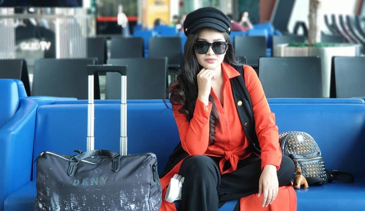 Fitri Carlina dipersunting oleh pujaan hatinya bernama Hendra Sumendap yang merupakan seorang pilot. Tepat pada 14 Desember nanti menjadi ulang tahun pernikahan yang kelima Fitri Carlina dengan suami. (Liputan6.com/IG/@fitricarlina)