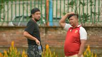 Pemain Badak Lampung FC asal Jepang, Kunihiro Yamashita (kiri), di sela-sela uji coba melawan Persebi Boyolali, Sabtu (23/3/2019). (Bola.com/Vincentius Atmaja)