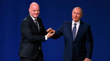 Trofi Piala Dunia ditampilkan dalam Kongres FIFA di Moskow, Rusia, Rabu (13/6). Sebagian pengamat memprediksi Maroko akan gagal untuk menjadi tuan rumah Piala Dunia 2026. (AP Photo/Pavel Golovkin)