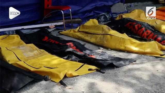 Petugas gabungan menggunakan alat berat terus mencari jenazah korban gempa Palu. Sebanyak sembilan jenazah ditemukan tewas di Perumnas Balaroa.