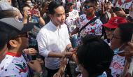 Gibran Rakabuming Raka yang mendaftar sebagai Cawalkot Solo sedang menyalami para relawan yang akan mendampingi berangkat ke Semarang.(Liputan6.com/Fajar Abrori)
