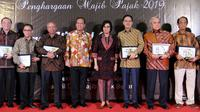 Menteri Keuangan RI Sri Mulyani Indrawati berfoto bersama pengusaha yang menerima penghargaan antara lain Eddy Sariatmadja, Rachmat Theodore Permadi, Arifin Panigoro, Alexander Tedja, Budi Purnomo Hadisurjo, dan Garibaldi Thohir di Jakarta,  Rabu (13/3).
