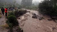 Aliran yang melalui sungai ini merupakan campuran sisa-sisa erupsi yang bercampur lumpur. Hujan yang mengguyur selama beberapa jam membuat aliran sungai menjadi deras (Liputan6.com/Johan Tallo)