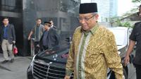 Ketua Umum PBNU KH Said Aqil Siradj berjalan memasuki Gedung KPK, Jakarta, Selasa (11/7). Kedatangan Said Aqil untuk berdiskusi terkait dengan dukungan terhadap upaya pemberantasan korupsi yang dilakukan oleh para penyidik KPK. (Liputan6.com/Helmi Afandi)