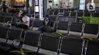 Calon penumpang menunggu keberangkatan di Bandara Halim Perdanakusuma, Jakarta, Rabu (1/4/2020). Akibat wabah virus corona COVID-19, PT Angkasa Pura II mencatat adanya penurunan penumpang di atas 30 persen dalam 14 hari terakhir di Halim Perdanakusuma dan Soekarno-Hatta. (Liputan6.com/Faizal Fanani)