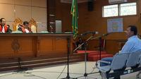 Mantan Sekda Jabar Iwa Karniwa mendengarkan pembacaan tuntutan jaksa penuntut umum dari KPK, Senin (24/2/2029). (Liputan6.com/Huyogo Simbolon)