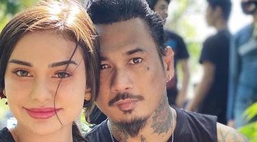 6 Potret Kompak Jerinx SID dan Nora Alexandra Pakai Baju Senada, Serasi
