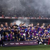 Para pemain Barcelona merayakan gelar juara La Liga 2019 usai menaklukkan Levante di Stadion Camp Nou, Sabtu (27/4). Barcelona menang 1-0 atas Levante. (AP/Manu Fernandez)
