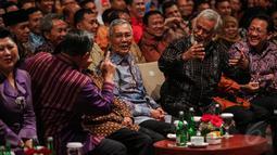 Xanana Gusmao dan Try Sutrisno terlihat tertawa saat menghadiri acara Supermentor-6: Leaders, Jakarta, Minggu (17/5/2015). Empat tokoh negarawan berbagi pengalamannya dalam rangka menyambut Hari Kebangkitan Nasional ke-107 (Liputan6.com/Faizal Fanani)
