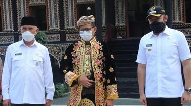 Sandiaga Uno mencoba pakaian adat Minangkabau di PDIKM Kota Padang Panjang, Sumatera Barat, Rabu (21/4/2021).