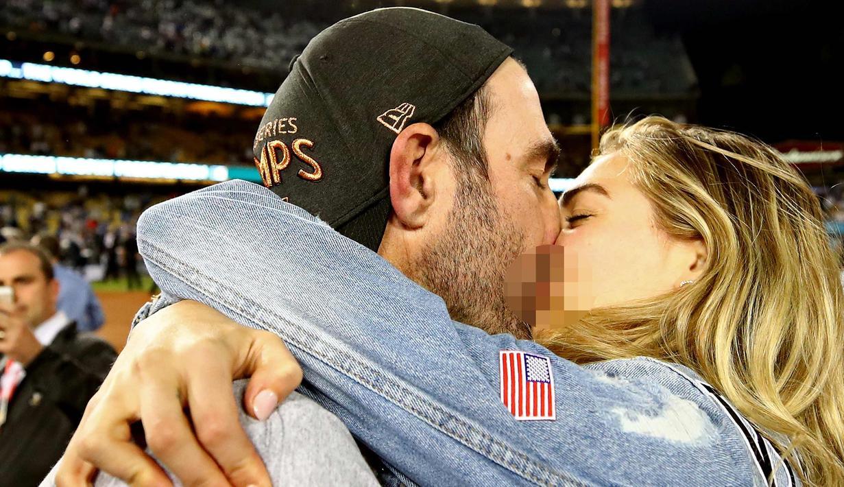 Model cantik Kate Upton mencium tunangannya pemain Houston Astros, Justin Verlander setelah memenangkan pertandingan melawan Los Angeles Dodgers 5-1 di game ke tujuh di Dodger Stadium di Los Angeles, California (1/11). (Ezra Shaw/Getty Images/AFP)