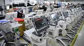 Para karyawan membuat ventilator di Mindray Bio-Medical Electronics Co., Ltd., sebuah perusahaan manufaktur perangkat medis yang berbasis di Shenzhen, Provinsi Guangdong, China selatan, (31/3/2020). (Xinhua/Liang Xu)
