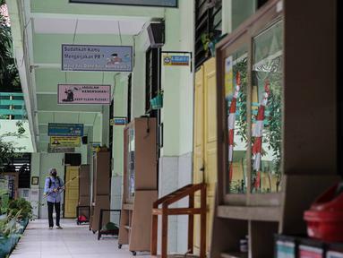 Petugas menyemprotkan disinfektan lingkungan sekolah di SD Negeri Kota Bambu 03/04, Jakarta, Sabtu (21/11/2020). Pemerintah pusat memberikan kewenangan pemerintah daerah membuka sekolah dan melakukan pembelajaran tatap muka pada semester genap tahun ajaran 2020/2021. (Liputan6.com/Faizal Fanani)