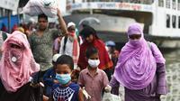 Orang-orang yang mengenakan masker meninggalkan terminal feri di Dhaka, Bangladesh (10/9/2020). Bangladesh pada Kamis (10/9) melaporkan 1.892 kasus baru COVID-19 dan 41 kematian baru, menambah jumlah kasus menjadi 332.970 dan jumlah kematian di angka 4.634. (Xinhua)