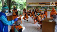 Tenaga kesehatan Puskesmas Kecamatan Menteng melakukan tes usap antigen dan PCR di Taman Amir Hamzah, Jakarta, Selasa (7/8/2021). Layanan Seruling (swab seru keliling) gratis tersebut digelar setiap hari Selasa, Kamis dan Jumat di sejumlah lokasi di kawasan Menteng. (Liputan6.com/Faizal Fanani)