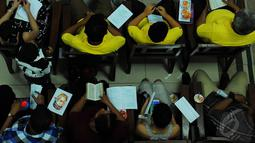 "Jemaat Gereja ""Ayam"" GPIB Pniel terlihat khusyuk menjalani ibadah misa Natal, Jakarta, Rabu (24/12/2014). (Liputan6.com/Faisal R Syam)"