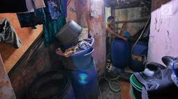 Warga mengisi air ke dalam ember di Muara Baru, Jakarta, Selasa (9/7/2019). Pada saat musim kemarau air sumur tidak mengalir deres, untuk memenuhi air bersih warga dalam sehari mereka mengeluarkan uang Rp. 15.000 untuk membeli enam jeriken untuk air bersih. (Liputan6.com/Herman Zakharia)