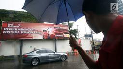 BMW 520i Luxury melintas usai flag off di SPBU Shell Gatot Subroto, Jakarta, Senin (12/3). Program BMW Driving Experience adalah kegiatan untuk menguji ketangguhan BMW seri 5 dari Jakarta ke Surabaya. (Merdeka.com/Dwi Narwoko)