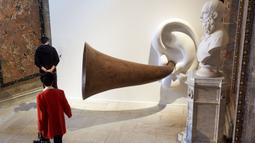 Orang-orang mengunjungi pameran memperingati 250 tahun kelahiran komposer dan pianis Ludwig van Beethoven di Kunsthistorisches Museum di Wina, Austria, pada 1 Oktober 2020. (Xinhua/Georges Schneider)