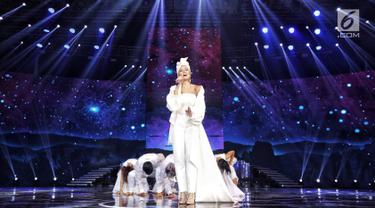 "Penyanyi Agnez Mo saat tampil dalam malam puncak HUT ke-28 SCTV di ICE BSD, Tangerang, Banten, Jumat (24/8). Agnez Mo tampil cantik menggenakan gaun putih saat membawakan lagu berjudul ""Sebuah Rasa"". (Liputan6.com/Faizal Fanani)"