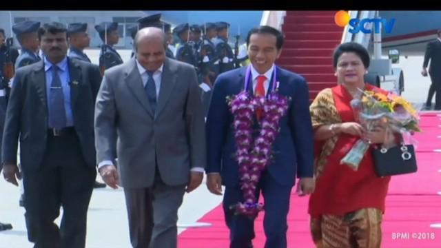 Presiden Jokowi juga membawa bantuan untuk pengungsi Rohingya yang berada di Cox's Bazar, Bangladesh.