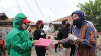 Menteri Ketenagakerjaan, Ida Fauziyah saat mengunjungi Kawasan Industri Usaha Pengupasan Bawang di Kampung Tengah, Kramat Jati, Jakarta Timur, Kamis (23/4/2020).